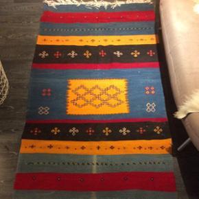 195x110cmVintage akhnif tæppe fra Marokko Sælges meget billigt, da det er blevet afbleget af solen, men er ellers ikke brugt