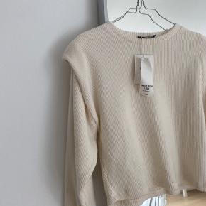 Lækreste sweater i blødt materiale som ikke kradser, med skulderpuder 🤍  Aldrig brugt og med prismærke. Bud ønskes