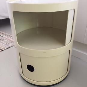 Kartell bord Componibili 2 rum H 40 cm Ø 32 cm Cremefarvet, lille farveforskel på de to låger, let ridset på top når man nærstuderer,  Brug det som natbord, sidebord, på børneværelset, i sommerhus