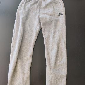Lysegrå Adidas sweatpants i str. S. Kun brugt få gange. Skriv, hvis du har spørgsmål eller er interesseret.