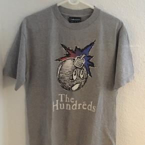 God, men brugt The Hundreds t-shirt i Medium Med den klassiske bombe