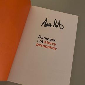 Biografi af Anders Samuelsen (signeret). Udført i begrænset eksemplar med signeringer. Aldrig været læst og fremstår derfor som helt ny.   Pris: 250,-  Afhentning: Herning Forsendelse: På købers regning   Se også mine andre annoncer.