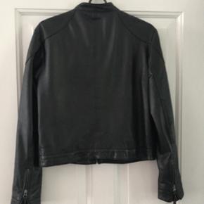 Lækker sort læder jakke fra Modstrøm i str L.  Nypris 2000 kr.