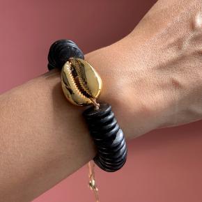 Virkelig fint armbånd. Helt nyt og ubrugt. Kan sendes med Dao for 37 kr. eller afhentes i Århus C.