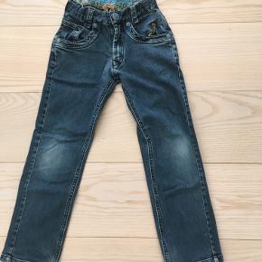 Søde jeans med regulerbar talje.  Lidt slidte på nederste kanter af bukseben. Ellers i fin stand. Længde 68cm, talje 58cm (før indjustering).  Fra røgfrit hjem.