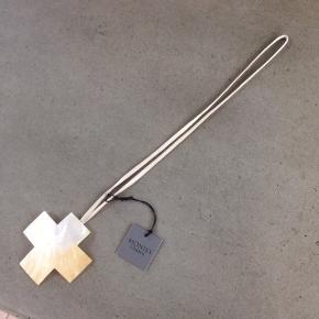 Unikt halssmykke med lys lædersnor i længden, 45 cm. Selve vedhænget er i konkylie materiale og meget smukt. Det måler 10,5 cm x 10,5 cm.