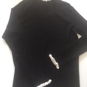 Elegant trøje i rip strik og med med ribbet kant på ærmer og krave