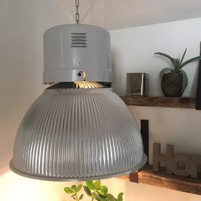 Super fed lampe, industri look.  Lampen er ca. 50 cm høj og 47 cm i diameter.  Der er lidt brugsspor som kun forstærker det rå look.  Lampens tildligere fatning er blevet skiftet ud med en E27 (almindelig) og derfor er noget af lampens tidligere inventar blevet fjernet, så lampen nu kun vejer 4 kg hvilket gør den mere håndterbar.  Der er ca. 2,3 meter ledning og 1,3 meter kæde til ophæng.   Pris pr. Stk. 595,- 2 stk. 1000,-