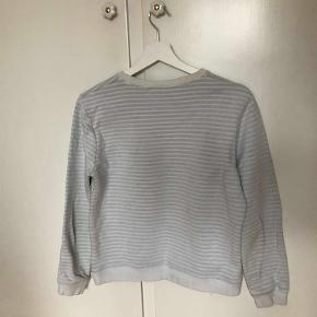 Sælger denne fine Kenzo sweater i hvid. Størrelsen er L, dog er Kenzo's trøjer små i det, hvilket vil sige, at den svarer til 36/38.   Alle bud er velkomne og man er mere end velkommen til at skrive på 50550110 eller janaleblancbech@gmail.com, hvis der er interesse.  Trøje Farve: Hvid Oprindelig købspris: 1400 kr.