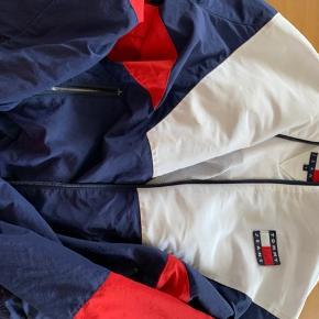 Sælger en Tommy Hilfiger Jeans jakke Pris: 1000 kr Den er i rigtig god stand.