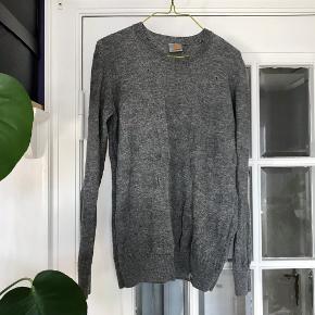 Carhartt trøje i 100% uld. Har vævet mønster. Små huller, se billede