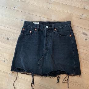 Sælger min Levi's nederdel, da jeg ikke får den brugt 🤍  Det er en str. 26, som svarer til en str. S og der er knappegylp som lukning ☺️  Køber betaler fragt!