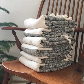 6 fine Hammam-håndklæder i armygrøn fra Mark Waldorf✨ - nypris 189 kr./stk. - så godt som nye (vasket 2-3 gange) - rigtig god sugeevne - sælges udelukkende da vi har fået nogle andre foræret  Praktiske oplysninger Vægt : 450 gram Mål : 100 x 180 cm Materiale : 100% bomuld