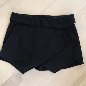 De populære fine sorte shorts med lille skirt  foran. Brugt meget lidt.