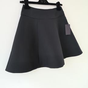 Sælger min klassiske sorte Prada nederdel. Jeg har aldrig brugt den og tags er fortsat på.   Italiensk str 40 - passer dk str 34/36   Talje ca 34x2 cm Længde ca 45 cm