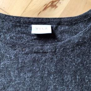 Str. Onesize, passer derfor fra 38-44. Strik knit oversize, dog med lidt smalle og kortere ærmer. Den har været vasket lidt for varmt, tror jeg, da den har krøbet sig lidt. Ellers fin, lun strik med 30% uld. Farven er en slags mørk grå meleret. Stand slidt, grundet vask og jeg har brugt den en del.   #Secondchancesummer  52,- + fragt. Sender med Dao kr. 37,-  Bytter ikke.  Kan afhentes i Odense.  MÆNGDERABAT 💛