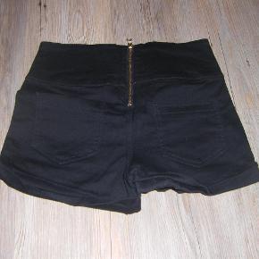 Varetype: Shorts Farve: Sort  Super skønne shorts fra Pieces med lynlås lukning bagpå. Sendes med GLS.