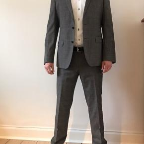 Rigtig flot Hugo boss jakkesæt af god kvalitet i brun/grålig skær. Behageligt at have på og kvaliteten gør at det falder flot  Flot jakke og buks med flot mønster Jakkestørrelse 50 Habitbuks Livvidde størrelse 33   Fremstår som ny Bud er velkomne men realistisk