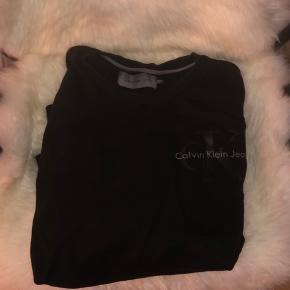 Sælger denne lækre Calvin Klein sweatshirt Brugt 2-3 gange Fremstår i perfekt stand Str. XL (lille XL - perfekt L) Skriv for flere billeder Køber betaler en evt. fragt