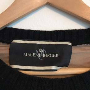 Sort Malene Birger trøje i str. M i Merino uld. Brugt få gange og er derfor i god stand.   Kan afhentes i Ørestad eller sendes på købers regning.