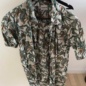 Brugt 1 gang, vasket 1 gang, jack & jones skjorte, korte ærmer og sommer print