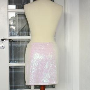 100 % NY: Sød nederdel i to lag og med elastik-liv. Yderst med hvide paietter, og inderst et for i 100 % cotton.  Livvidde: 37-45 cm x 2 pga elastikken Længde: 38 cm  Ingen byt, og prisen er fast.