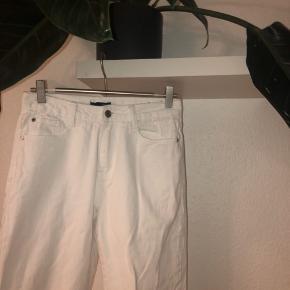 High rised mom jeans fra missguided i modellen riot. Str 36 men syntes de er lidt små så ville nok kalde dem 35(hvis det kan hjælpe). Brugt meget få gange Byd