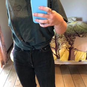 Sorte rowe jeans i str 29/30 med hvide syninger. Bukserne har nogle mærker ned ad benene fra vask, men ikke noget som lægges særligt mærke til når man har dem på 🥰