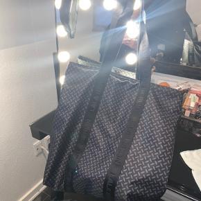 Sælger min lala Berlin tote skulder taske  Brugt få gange ingen tegn på slid
