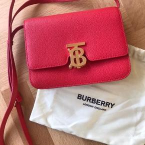 Ægte Thomas Burberry taske i rød nubret kalveskind - aldrig brugt, købt som julegave i december 2019 - dustbag medfølger  21 cm bred x 16 cm høj   Nypris: 13.800    #Secondchancesummer