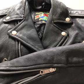 Super fin unisex læderjakke med foer. KN også afhentes i Aarhus C