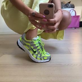 Sælger disse populære Nike p6000 x nacked sneakers