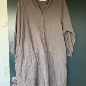 Skøn kjole med lommer i siden. Str. xs/s men oversize som Rabens saloner tit er - så passer flere størrelser.