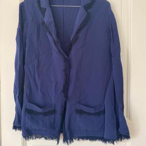 JA - den er krøllet, men jeg steamer den inden køb ;-)  Malene Birger blazer med frynser langs syningen.