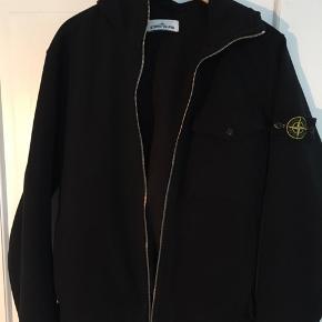 Super fed Stone Island softshell jakke. Den bliver ikke rigtig brugt, da den ikke passer som ønsket desværre.  Jeg har ikke kvittering eller lign. desværre  Køb pris: 1600kr