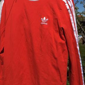 Lækker rød langærmet adidas trøje!  Den fitter en S/M  Nærmest ikke brugt, og derfor ingen tegn på slid!