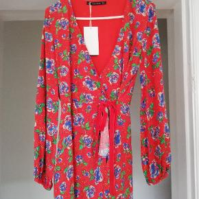 Ny kort buksedragt fra Zara. Rød med blå blomster og grønne blade. Aldrig brugt, mærket sidder endnu på. Byd gerne 😊 (jeg sender også gerne flere billeder)