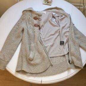 Lækker varm trøje-jakke fra Sessun med fine detaljer. Den er polstret indvendigt og kan derfor bruges som en forårsjakke. Nypris var 2000 kr, men byd gerne. God stand.