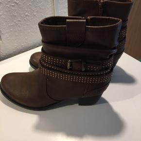 Lækre nye støvler med remme og sten 😊👢