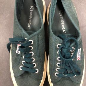 Fine mørkegrønne sko.   Bytter ikke.  Kan afhentes i Aalborg eller evt. efter aftalte i Randers.  Sender med Dao (37kr.) betales af køber