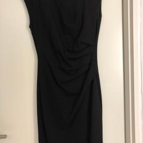 Super smuk og klassisk kjole fra Tiger og sweden. Er i stretch så sætter sig smukt til kroppen.