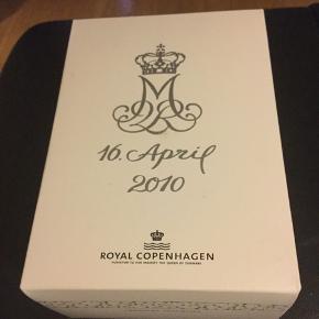 Royal gåseæg i original æske med rede og bånd  2010 MARGURITE i anledning af hendes majestæt dronningens 70 års fødselsdag . Mål 10 cm = gåseæg  Sender + Porto