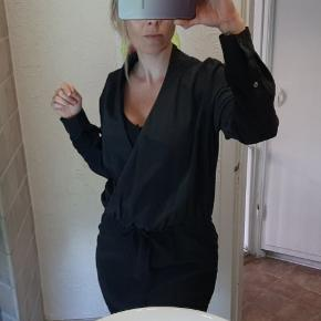 Birgitte herskind kjole str 40.  100%Silke Farve Grå/Sort.  Gmb men fin.