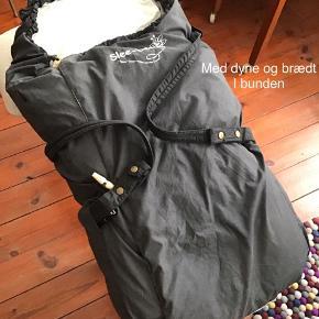 Slee-bee  God brugt sovepose/kørepose Er i tip top stand,  Er brugt, derfor lidt falmet udvendig Der er dyne og plade i
