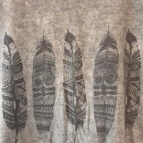 Varm gråbrun t- shirt i oversize/løs form Ingen foto m på Kun salg via køb nu Fast pris ex lev