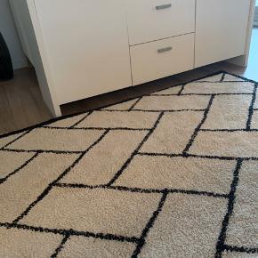 Har selv lige købt dette tæppe her på TS, men det er desværre for stort til værelset det skal ligge på... Sælger oplyste at det er brugt sparsomt i fem måneder, og at det har en nypris på Ca 2000 kroner.. Det er meget velholdt... Størrelse 240 * 170