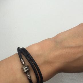 Sælger dette fine armbånd fra Pandora. Det har været brugt men dog stadig i fin stand.  Np: 400kr  Vedhæng kan købes til