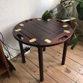 Fint bakkebord med patina. H: 52 cm. Diameter: 61 cm