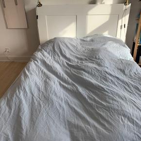 Fin sengegavl til en 140 seng sælges. Der er opbevaring i sengegavlens to sider. 1 af hylderne er flytbar i 3 forskellige positioner. Du kan skjule ledninger fra lamper og opladere ved at føre dem gennem hullerne øverst på sengegavlen.  Sengegavlen har en mindre ridse på fronten af gavlen.   Kom gerne med bud.  Afhentes på Trøjborg hurtigst muligt.   Nypris 700 kr.