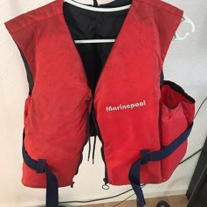 Gammel rød redningsvest fra marinepool. Jeg har ingen anelse om hvad str. Det er.